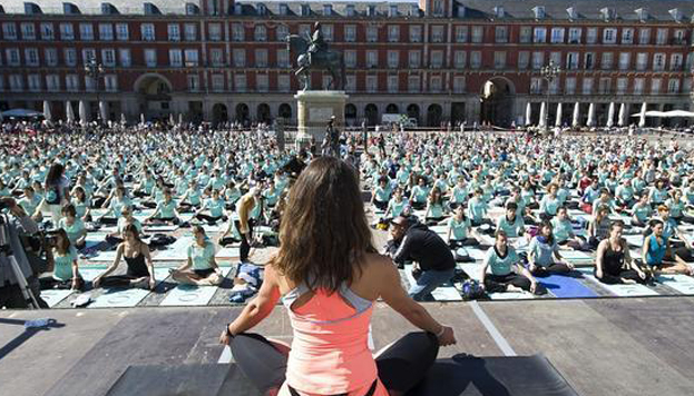 Yoga En La Plaza Mayor Bloggin Madrid Blog De Turismo De Madrid