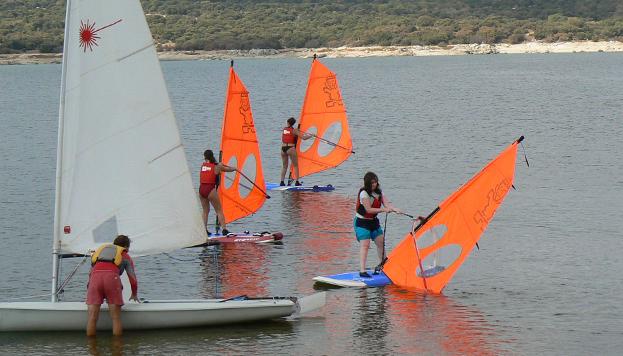 Practicando windsurf en la Escuela de Vela Valmayor