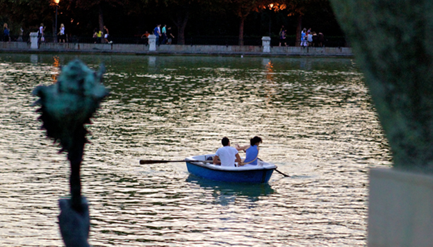 En barca en el estanque de El Retiro (Foto: Madrid Destino)