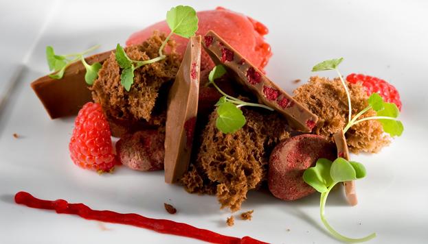 Chocolate y frutos rojos en texturas.