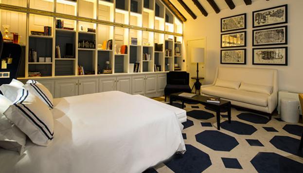 Una de las habitaciones del Hotel Only You, que destaca por su decoración y trato personalizado.