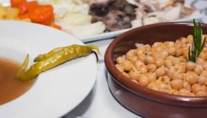 En la enotaberna de La Posada del León de Oro también sirven un estupendo cocido.