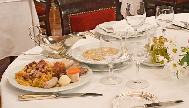 Por el cocido madrileño del restaurante Lhardy no pasan los años.
