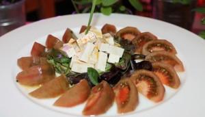 Ensalada de Kumato y tofu al aceite de guindillas.