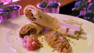 Taco vegetal con curry, tofu ahumado y quinoa.