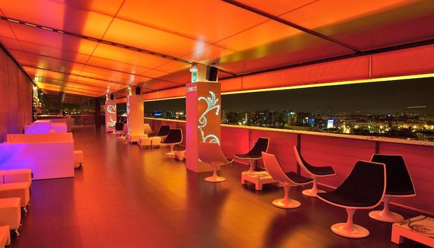 Un ascensor exterior nos eleva hasta Fuse, la hipermoderna terraza del Hotel Silken Puerta América.