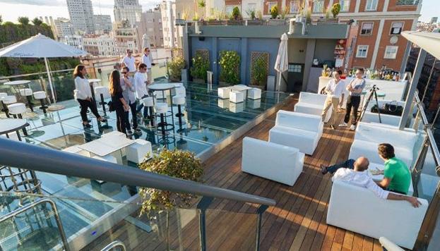 La terraza del Hotel Mercure Santo Domingo es íntima, perfecta para una cita de esas que se recuerdan.