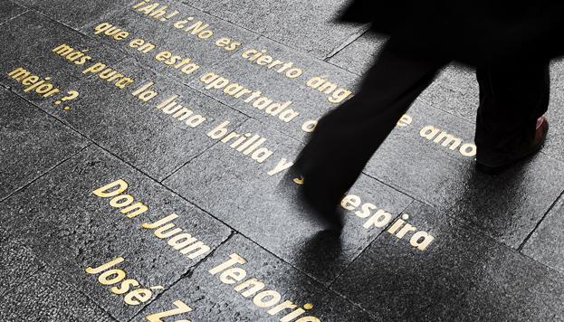 Los versos de grandes escritores guían nuestros pasos en el Barrio de Las Letras (©José Barea, MD).