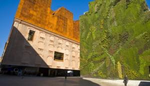 El centro cultural CaixaForum, en el Paseo del Arte, siempre ofrece magníficas exposiciones.