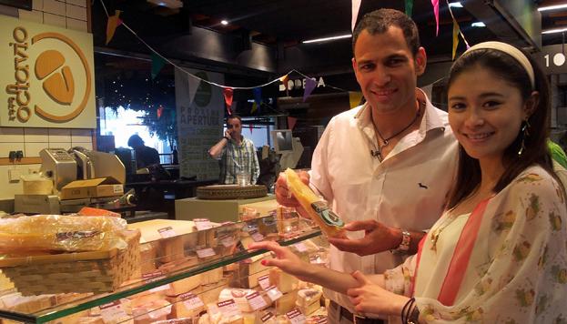 En el Mercado de San Miguel, Darío Barrio posa con una periodista china.