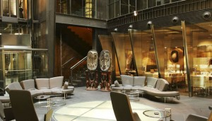 El Hotel Urban es vanguardista en su gesto pero al mismo tiempo noble en materiales.