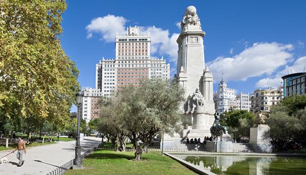 Una foto imprescindible de Madrid: el monumento a Cervantes en la plaza de España (©José Barea, MD).