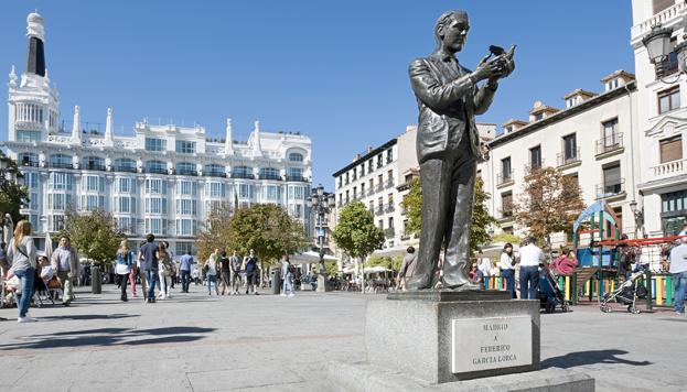 La estatua de Federico García Lorca preside la plaza de Santa Ana (©José Barea, MD).