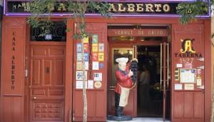 En la calle Huertas llaman la atención los gruesos cuarterones de madera pintados de rojo de Casa Alberto.