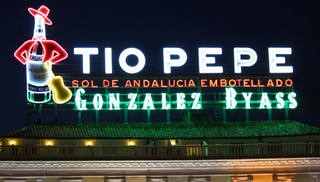 El anuncio de Tío Pepe vuelve a lucir en la Puerta del Sol, aunque no en su ubicación original.