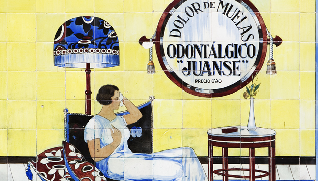 Tile advertisement for the Farmacia Laboratorio de Especialidades Juanse (Juanse Specialty Pharmacy Laboratory) on Calle San Andrés