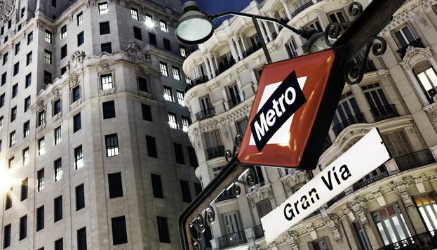 Las estaciones de Metro son fáciles de reconocer por el rombo rojo de su famoso logo (©José Barea, MD).