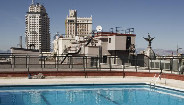 En plena Gran Vía, la piscina del Hotel Emperador ofrece unas vistas impresionantes de la ciudad.