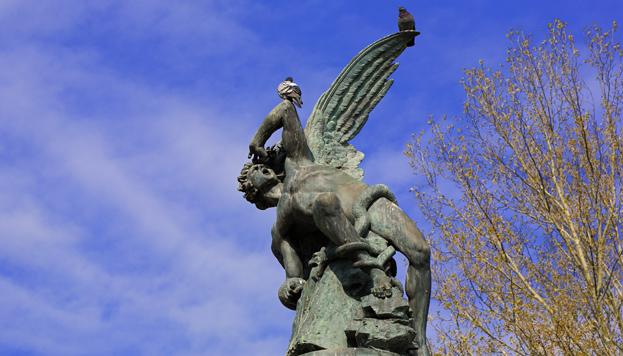 Para contemplar la fuente del Ángel Caído hay que visitar el Parque de El Retiro.