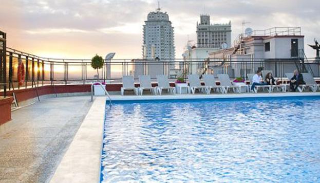La piscina del Hotel Emperador es un buen lugar para disfrutar de la hora del atardecer.