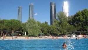 Desde la piscina del barrio de El Pilar se ven las Cuatro Torres.