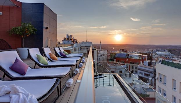 La terraza con piscina del Hotel Indigo es uno de los lugares más de moda en Madrid.