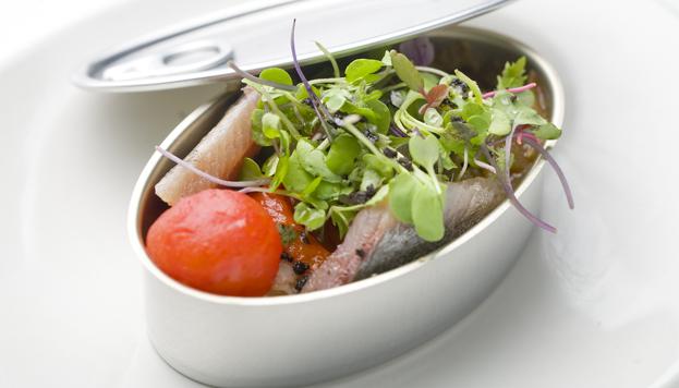 He aquí uno de los platos que se pueden degustar en el Teatro Bodevil: una riquísima nsalada de sardinas.