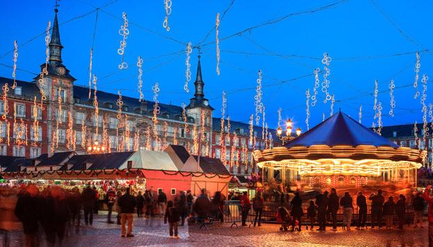 Todo un clásico en Madrid: las luces de Navidad y el mercadillo de la Plaza Mayor.
