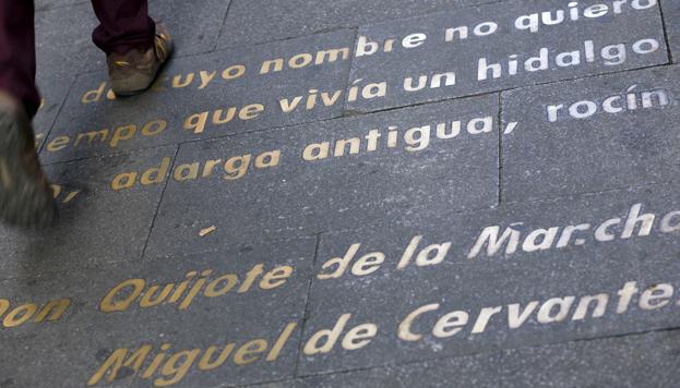 En el Barrio de las Letras es posible comenzara leer el Quijote con solo mirar al suelo.