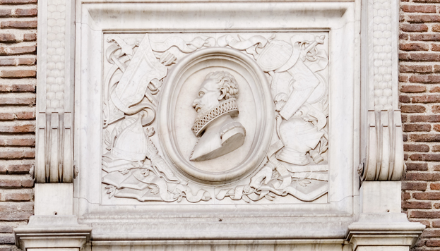 En el Convento de las Trinitarias Descalzan fue enterrado Miguel de Cervantes, como recuerda una placa (©José Barea, Madrid Destino)
