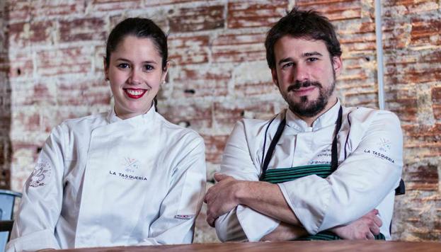 Este es un proyecto personal del cocinero Javi Estévez. En la imagen, junto a Clara Pérez Villalón, encargada de los vinos.