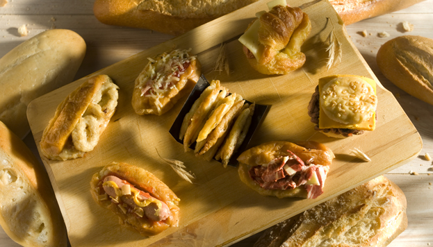 ¿Es una hamburguesa? ¿Un bocata de calamares? ¿Un hot dog? ¡No! Son las sorprendentes torrijas de Nunos.