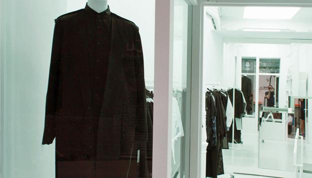 Ideado por Xavi García, 44 Store es un espacio diáfano, lleno de luz, en el que cada prenda es protagonista.