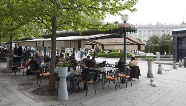 ¿Qué tal un salmorejo con vistas al Palacio Real? Es una de las propuestas del Café de Oriente.