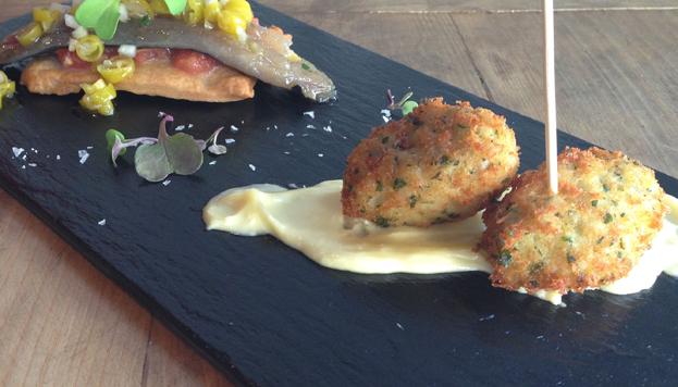 Los buñuelos de bacalao y la coca de sardina son toda una tentación en la Taberna Condumios.