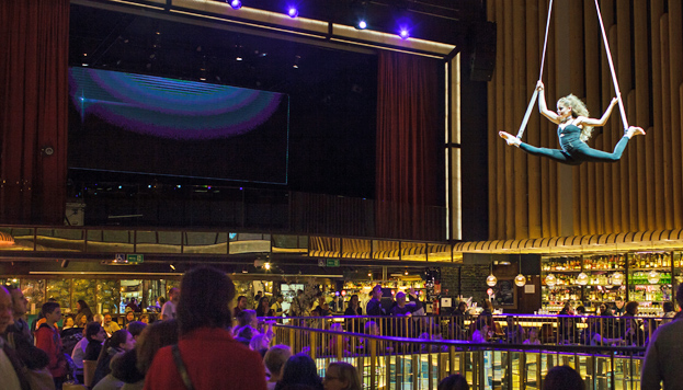 Platea se ubica en el antiguo cine Carlos III, del que conserva toda su estructura, con palcos, foso y escenario.
