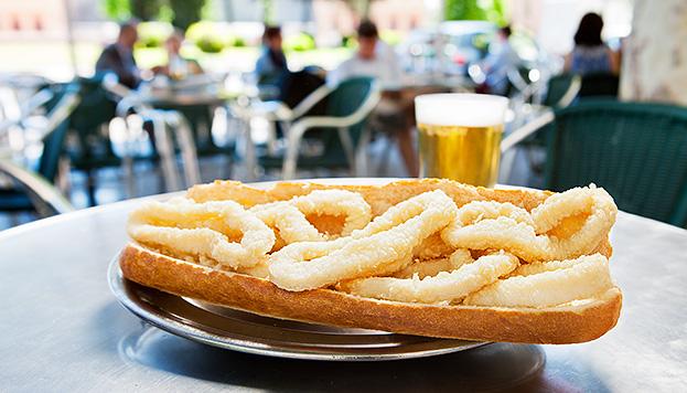 Todo un clásico: el bocata de calamares del bar El Brillante, junto a la estación de Atocha.