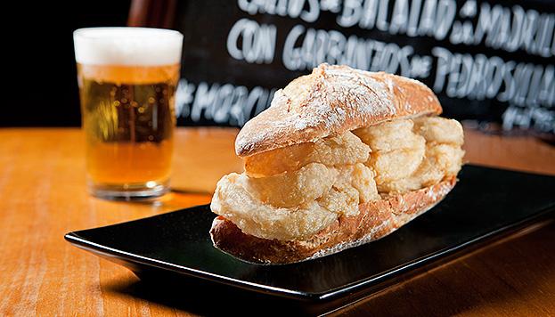 ¡Qué rico está el pan de chapara rústico del bocata de Los Galayos! También, en la Plaza Mayor.