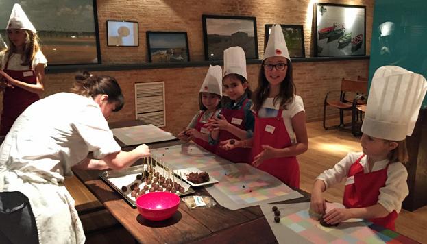 Comer en familia puede ser muy divertido. En Rubaiyat ofrecen menús y organizan cursos de cocina.