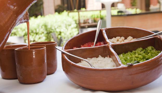 El gazpacho de Aspen es el de toda la vida. Se sirve en vasos de barro y lleva la típica guarnición.