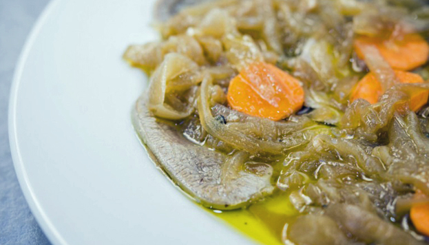 ¿Carnes en escabeche? Pues sí. Esta lengua de vaca de Ponzano se ha convertido en uno de los platos estrella del restaurante.