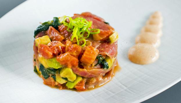 Toda una tentación de Bacira: tartar de atún picante con aguacate, alga wakame y pomelo rosa.