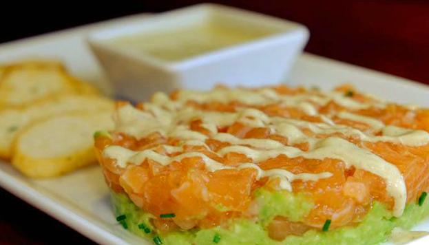 En el restaurante Minchu preparan un exquisito tartar de salmón con guacamole y ajoblanco de pistacho.