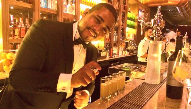 Este es Frank Lola, el responsable de la espectacular cocktail list de Tatel. ¿Qué tal un Texas Guinan?