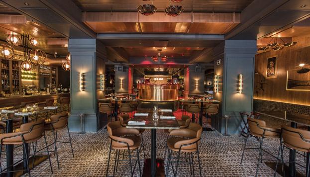 La zona lounge de Tatel está presidida por una larga y elegante barra de coctelería.