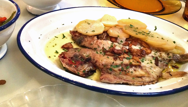 Más madrileño imposible: besugo cocinado a la parrilla de carbón, con verduras y tomate.