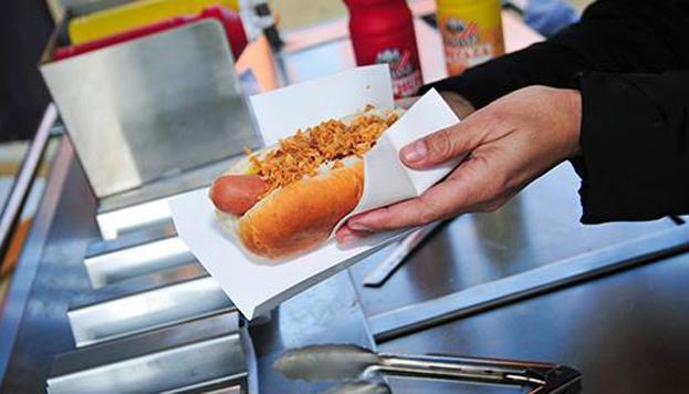 En Chicago Hot Dog sirven perritos calientes bien cargados de toppings. Hasta tienen una versión vegetariana.