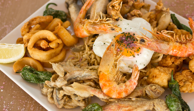 Otro plato imprescindible en la Taberna Los Gallos: la fritura malagueña.