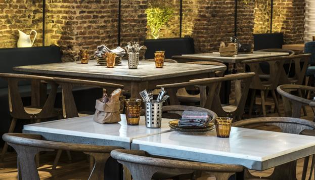 Ladrillo visto, vigas de hierro, mármol blanco en las mesas... Para decorar Lovnis, sus propietarios han tirado de memoria.
