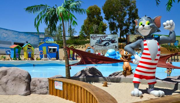 Hasta el día 31 de agosto puedes refrescarte en el Parquer Warner Beach, una zona acuática muy divertida.
